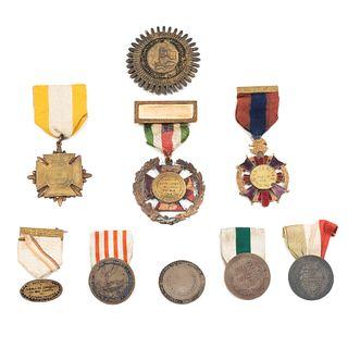 Lote de 9 medallas mexicanas de intervenciones y al valor. SXX. Base metal una con resina alveolada.