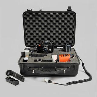 Cámara 35 mm subacuática. Japón, SXX. De la marca Nikon modelo Nikonos IV-A. Con accesorios, manual y estuche.