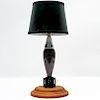 Lámpara de mesa. Siglo XX. Elaborada en acero y aluminio pulido. Electrificada para 1 luz. Diseño a manera de proyectil de mortero.