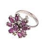 Anillo con rubíes y diamantes en plata paladio. 9 rubíes en corte marquís y redondo. 4 acentos de diamantes. Talla: 5. Peso: 4.0 g.