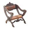 Sillón. Francia. Siglo XX. En talla de madera de roble. Con respaldo semiabierto y asiento en tipo piel color marrón.