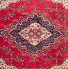Tapete. Persia. Siglo XX. Estilo Mashad. Anudado a mano en fibras de lana en 9000 nudos por metro cuadrado. 392 x 270 cm