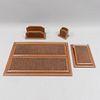Escribanía. México. S. XX. Marca ARIES. Con recubrimiento de piel de bovino. Consta de: lapicero, block de notas, tarjetero y carpeta.