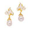 Par de aretes con perlas en plata .925. 2 perlas cultivadas en forma de pera. Diseño floral. Peso: 14.9 g.