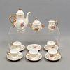 Juego abierto de café. Japón SXX En porcelana iridiscente. Consta de: cafetera, cremera, azucarera, 5 tazas y 6 platos base. Piezas: 14