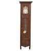 Reloj Grandfather. Francia. Siglo XX. En talla de madera de roble. Mecanismo de cuerda y péndulo. Con carátula circular.