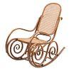 Mecedora. Siglo XX. Estilo austriaco. Elaborado en madera. Con respaldo cerrado y asiento de ratán, fustes a manera de roleo.