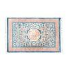 Tapete. Siglo XX. Estilo Pekin. Elaborado en fibras de lana y algodón. Decorado con elementos geométricos y dragones.