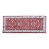 Tapete de pasillo. Siglo XX. Estilo Mashad. Elaborado en fibras de lana y algodón. Decorado con elementos florales y vegetales.