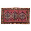 Tapete. Siglo XX. Estilo Kilim. Elaborado en fibras de lana. Decorado con motivos geométricos en colores carmín, anaranjado.