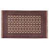 Tapete. Siglo XX. Estilo turcomano. Elaborado en fibras de lana. Marca Karastan. Decorado con motivos geométricos.