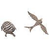 Dos prendedores en oro amarillo de 8k y plata. 35 diamantes facetados. Diseño de tortuga y paloma. Peso: 19.5 g.