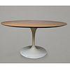 Eero Saarinen para Knoll Internacional. Mesa de comedor Tulip blanca con nogal / Tulip dining table with walnut top