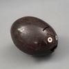 ALCANCÍA MÉXICO, FINALES DEL SIGLO XIX. Elaborada en cáscara de coco, figura a manera de pez con aplicación de ojos en forma de botón.
