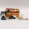 Cámara Bulls eye. Siglo XX.  De la marca Kodak. Elaborada en metal, baquelita y material sintético. Con caja original e instructivo.