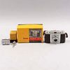 Cámara. E.U.A Siglo XX. De la marca Kodak, modelo Pony 135.  Elaborada en metal, baquelita y material sintético. Con lente 35 mm y otro