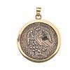 Pendiente con moneda Libertad en plata .925 con bisel en oro amarillo de 14k. Peso: 36.6 g.