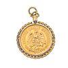 Pendiente con moneda de cinco pesos en oro amarillo de 21.6k. Bisel torzal en oro amarillo de 14k. Peso: 5.3 g.