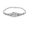 Pulsera con diamantes, esmeraldas y zafiros en platino. Peso: 9.2 g. Falto de 12 zafiros y 2 diamantes.