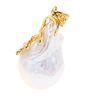 Pendiente con perla cultivada amorfa color gris de 17 x 30 mm en plata dorada. Peso: 10.3 g.