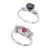 Dos anillos y par de aretes con rubíes y simulantes en oro blanco de 10k. metal base y plata .925. 12 rubíes corte redondo.