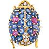 PRENDEDOR CON ZAFIROS, RUBÍES Y DIAMANTES EN ORO AMARILLO DE 18K con zafiros y rubíes corte redondo ~4.40ct y diamantes corte brillante   BROOCH WITH