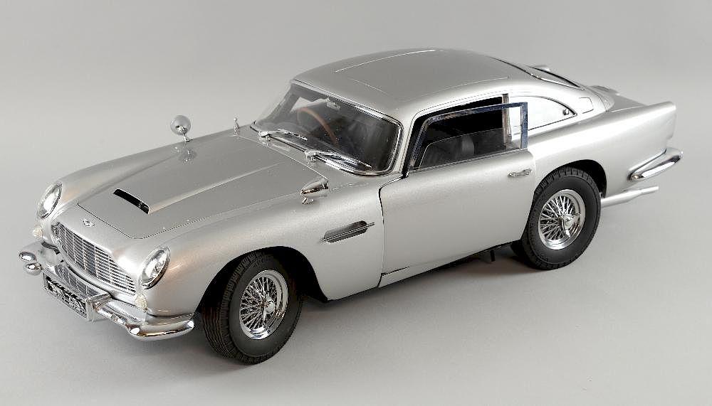 James Bond Aston Martin Db5 1 8 Scale Die Cast Model With